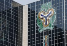Central Bank of Nigeria's logo is seen on the headquarters building in Abuja, Nigeria January 22, 2018. REUTERS/Afolabi Sotunde - RC1D90C799D0