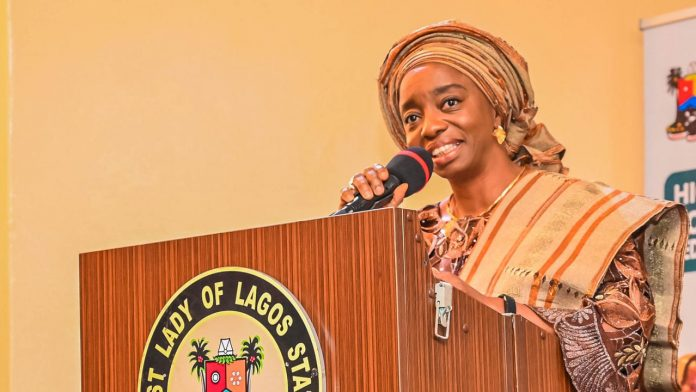Lagos First Lady Presents Drafts to Beneficiaries of 2021 Exams Support